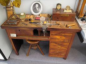 Louis Brandts arbejdsbord udstillet på Omega museet i Bienne, Schweitz. Billede tilhørende wikipedia.